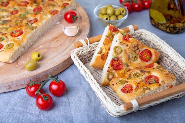 Focaccia met tomaten en olijven.