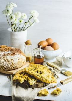 Foccacia, flatbread, wat eieren, olie, sesam.