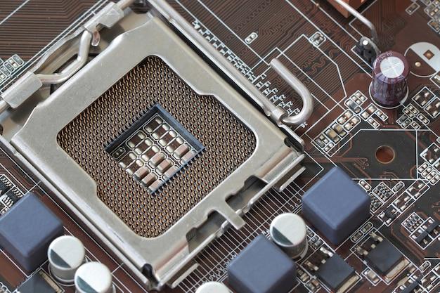 Focus cpu-socket op het moederbord van de computer.