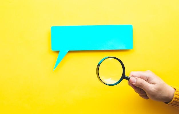 Focus- en analyseconcepten met persoonshand en vergroten.education of learn
