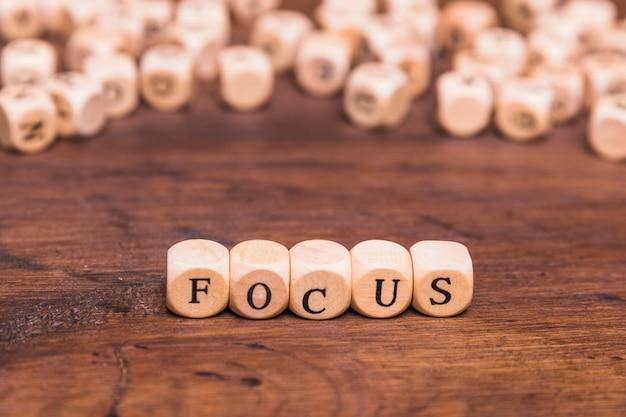 Focus letters geschreven op houten kubussen over tafel