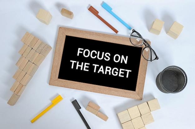 Focus on the target tekst op bord met kantooraccessoires