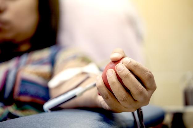 Focus op de hand met een springkussen terwijl bloeddonatie