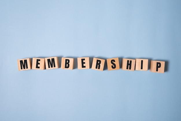 Focus op houten blokken met letters die lidmaatschapstekst maken. concept afbeelding.