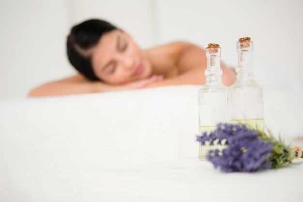 Focus op twee massage-olieflessen
