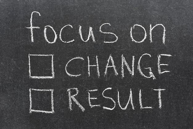 Focus op verandering of resultaatzin met twee lege selectievakjes handgeschreven op blackboard