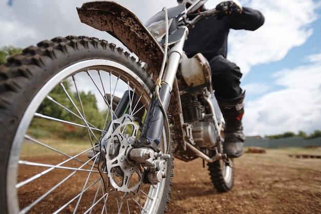 Focus op wiel van brute motorfiets op offroad-track, hobby of activiteitenconcept