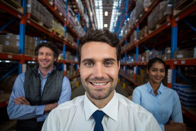 Focus van gelukkig manager poseren gezicht naar de camera met zijn collega's