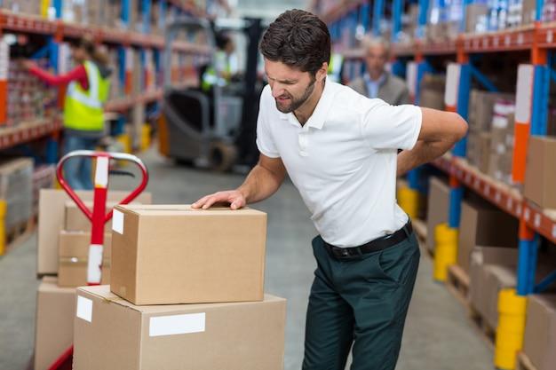 Focus van werknemer met een rugpijn
