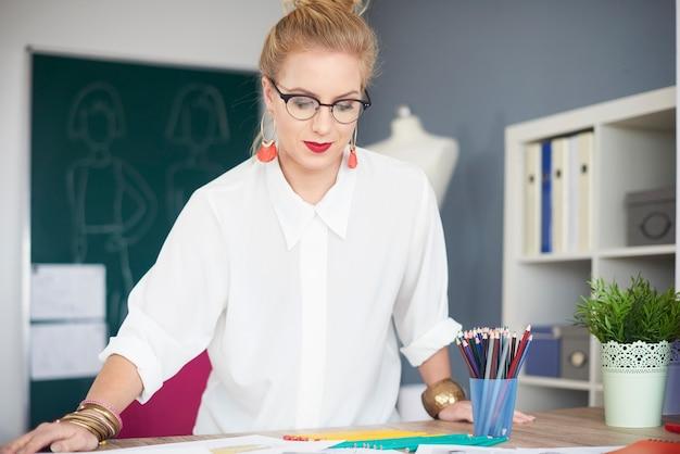 Focus vrouw die werkt op kantoor aan huis