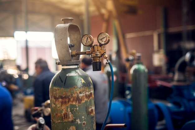Focus weergave van lasapparatuur close-up. acetyleen gasfles tank met manometers voor manometers in de industriële stoffen werkplaats.