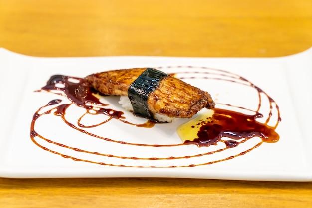 Foie gras sushi met saus