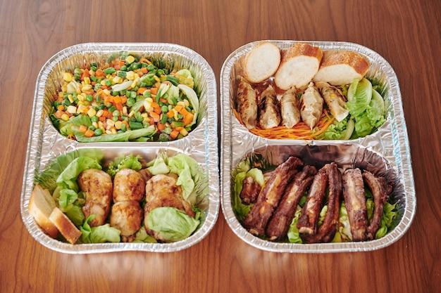 Foliebakjes met kant-en-klaarmaaltijden