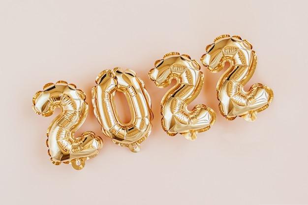 Folieballonnen in de vorm van nummers 2022. nieuwjaarsviering. gouden en zilveren luchtballonnen. feestdecoratie voor de feestdagen.