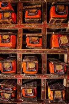 Folio's met manuscripten in tibetaans boeddhistisch klooster