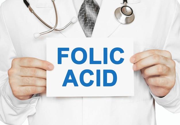 Foliumzuurkaart in handen van arts