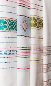 Folk handgemaakt borduurwerk, geborduurd ornament op witte stof, stoffen decor, huishoudtextiel