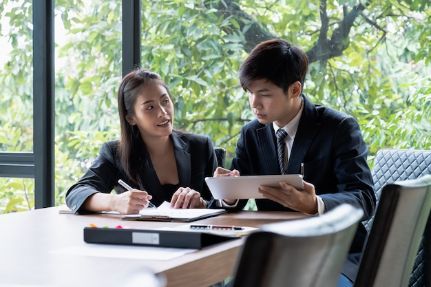 Fondsbeheerders teamoverleg en discussiëren over analyse beleggingsmarkt.