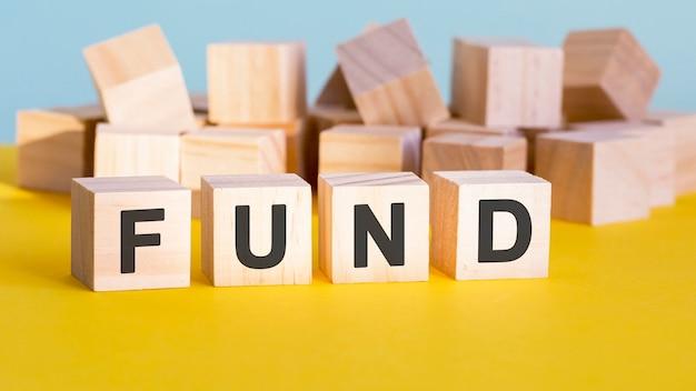 Fondswoordconstructie met letterblokken en een ondiepe scherptediepte, bedrijfsconcept