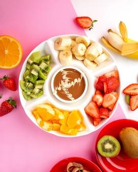 Fondue met chocolade, kiwi, aardbei, banaan en sinaasappel