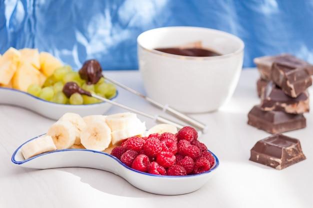 Fondue met gesmolten pure chocolade, fruit en bessen.