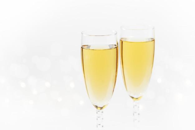 Fonkelende nieuwjaarachtergrond met champagne en sterren. kerstmis en gelukkig nieuwjaar concept.