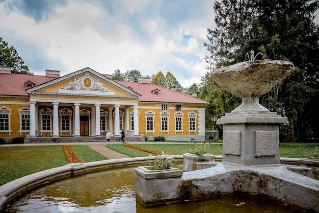 Fontein bij het landgoed in het dorp samchiky starokostyantinivsky raion, oekraïne. bouwen in de stijl van classicisme