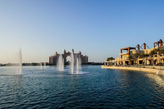 Fontein bij the pointe in dubai bij palm jumeirah bevestigd als grootste ter wereld