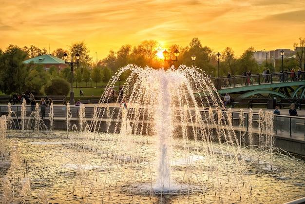 Fontein en ondergaande zon in tsaritsyno in moskou op een herfstdag