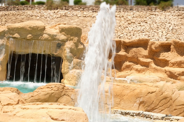 Fontein op de achtergrond van een stenen muur in de spa.