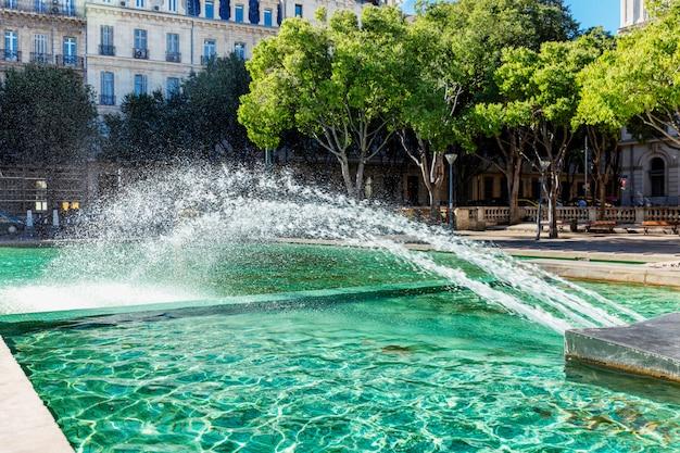 Fontein op het plein in marseille. prachtig uitzicht. ansichtkaart.