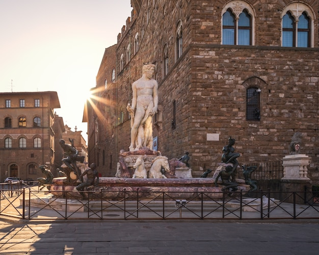 Fontein van neptunus bij zonsopgang op een leeg plein, florence, italië
