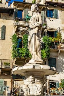 Fontein van onze-lieve-vrouw verona op piazza delle erbe in verona, italië. fontein werd in 1368 gebouwd door cansignorio della scala.