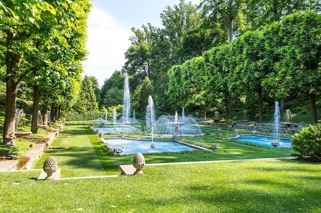 Fonteinen in park op zonnige dag.