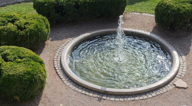 Fonteinen met water in het openbare park of de tuin in de stad.
