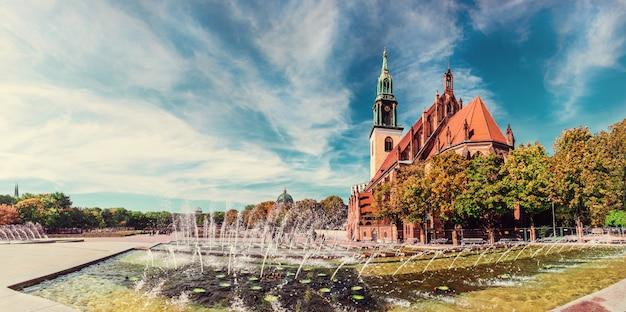 Fonteinen op alexanderplatz en st. mary's church in berlijn