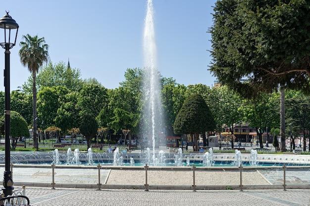 Fonteinpark op een zonnige dag