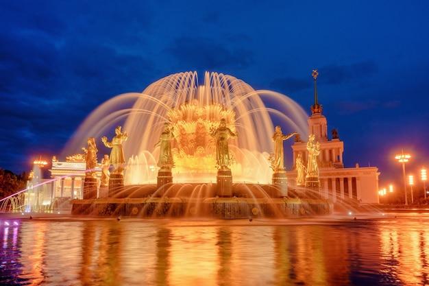 Fonteinvriendschap van volkeren bij avond één van de belangrijkste symbolen van het sovjettijdperk zestien vrouwelijke standbeelden van de fontein vertegenwoordigen de sovjetrepublieken moskou rusland