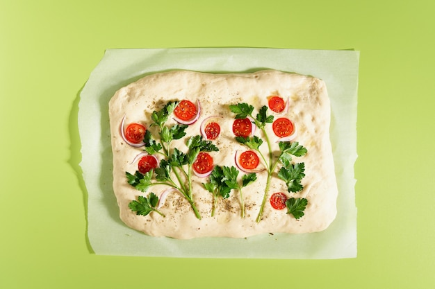 Food art focaccia pizza plat brood met groenten felle kleur groene achtergrond