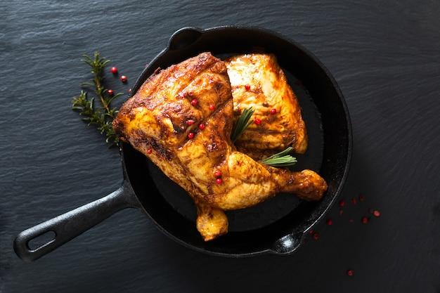 Food concept biologische geroosterde of gegrilde kippenbout kwartalen in koekenpan ijzeren pan