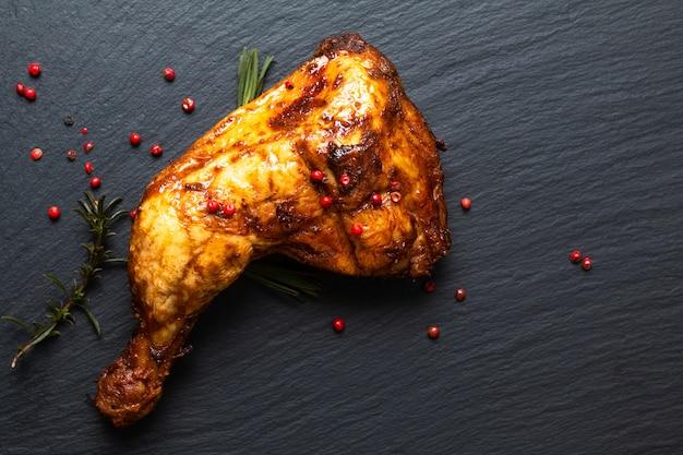 Food concept biologische geroosterde of gegrilde kippenbout kwartalen