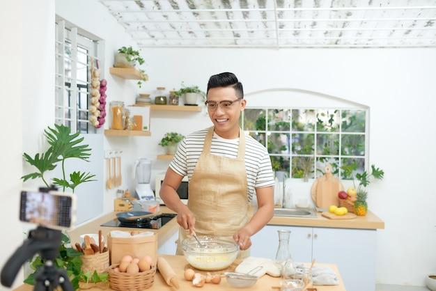 Foodblogger live streamen. man communiceert met abonnees via telefooncamera