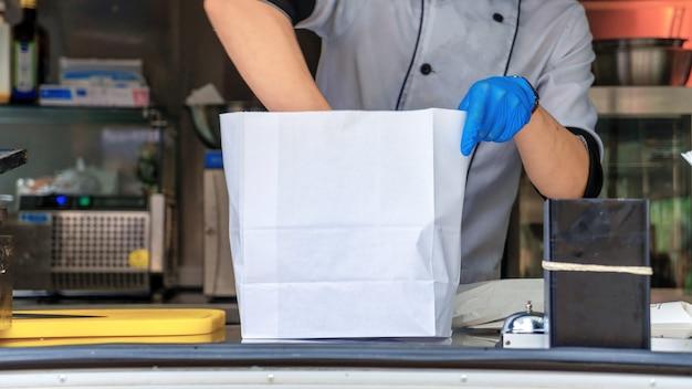 Foodtruck, kok die een bestelling afmaakt