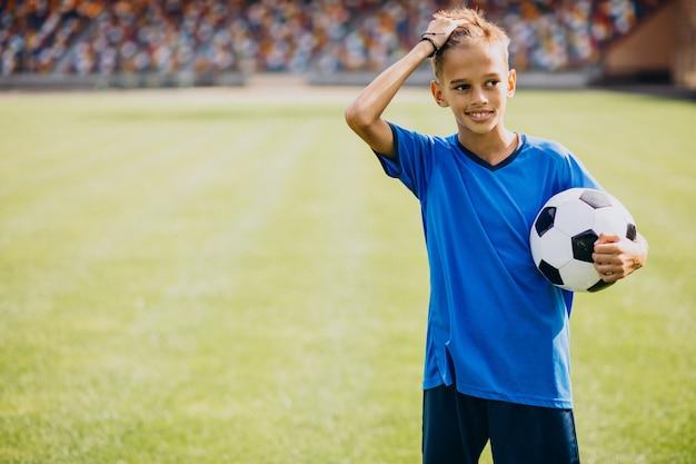 Football-speler spelen op het veld