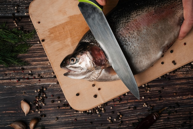 Forel op het bord met een mes om het te snijden