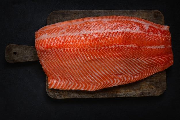 Forel visfilet. groot, vers en sappig stuk vis.