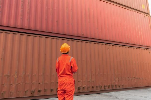 Foreman controleert beveiliging en veiligheid met notaboek voor de beste verzending van vracht.