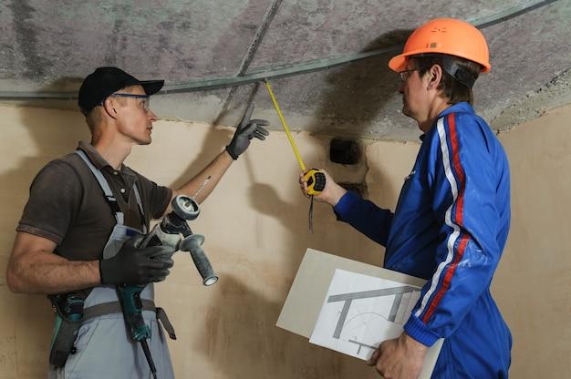 Foreman geeft instructies aan arbeiders