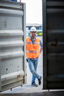 Foreman werknemer werkzaam bij container magazijn, verzending transport concept.