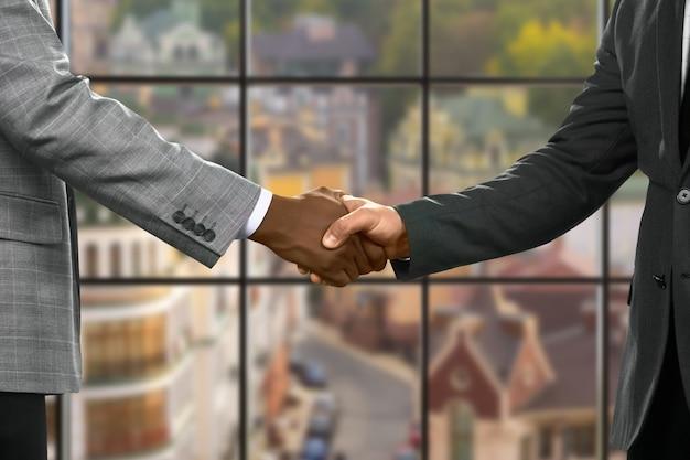 Formeel geklede mannen handen schudden. ambtenaren schudden 's middags de hand. waardeer de steun. altijd klaar om te helpen.